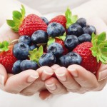 hands-food-berries-strawberries-blueberries-fresh-hearht-wallpaper
